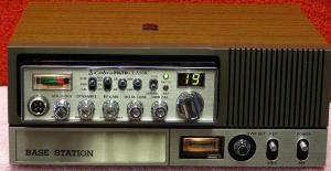 Η μετατροπή ενός ραδιοτηλεφώνου mobile σε base γίνεται μέσω ειδικών «θηκών» που συμπεριλαμβάνουν τροφοδοτικό, μεγάφωνο και γέφυρα στασίμων κυμάτων – βαττόμετρο